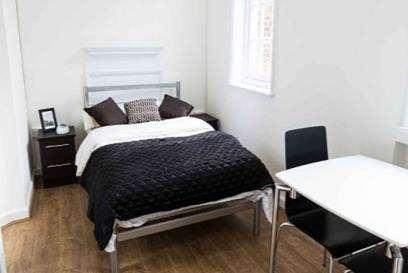 6 Accommodation in South Bank Location: Zone 1, Southwark (Jubilee line) and under 10 minutes walk from Borough (Northern Line) and Waterloo (various lines and trains).