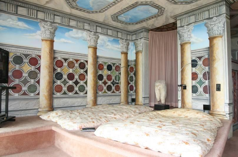 Trompe l œils & fresco The spacious master Bedroom with en-suite bathroom and dressing room leads to