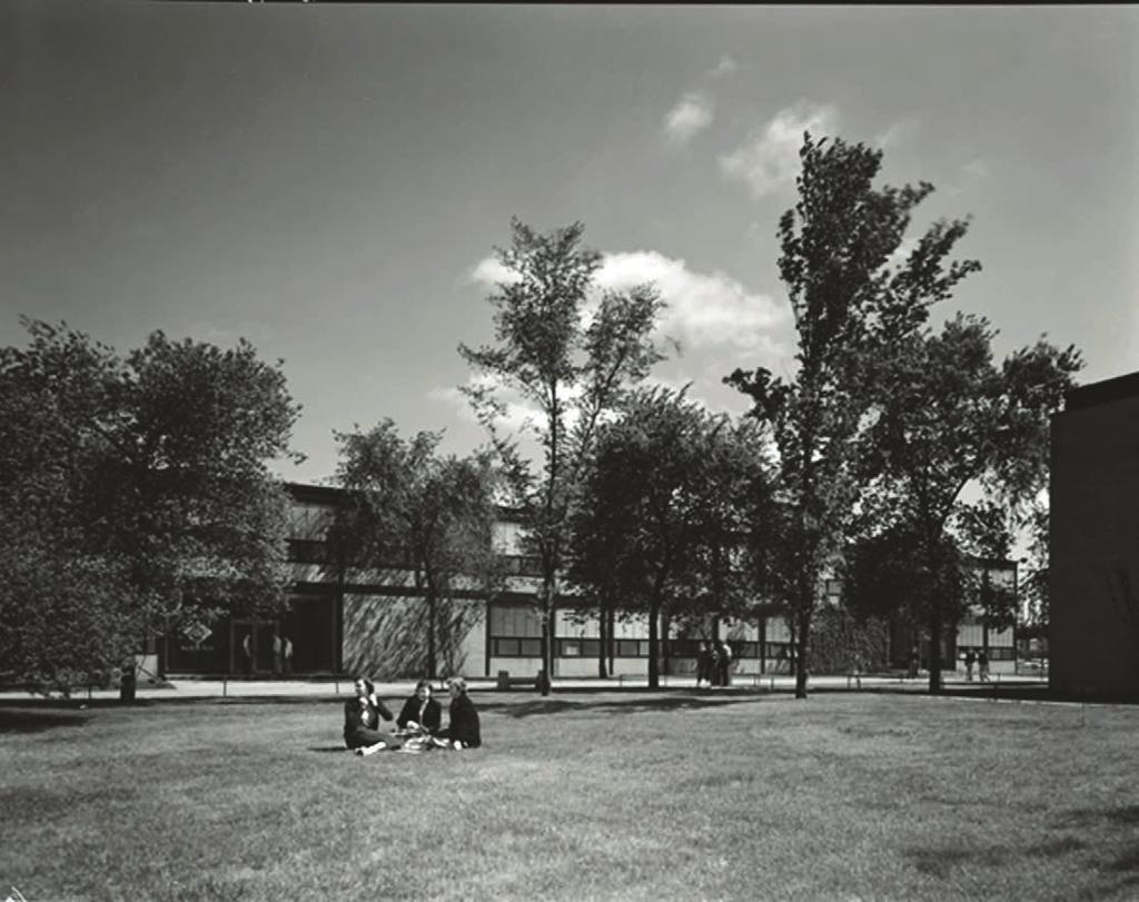 THE CONSTRUCTION OF AN URBAN LANDSCAPE 6.26 iit campus, views of inner green courts, 1956.
