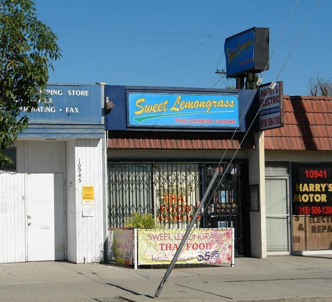 80 Lot Size: 10,498 SF 1 5345-5348 Vineland Avenue North Hollywood, CA 91601 Close of Escrow: 10/1/2013 Gross Leasable Area (GLA): 10,300 SF Sale Price: $1,650,000 Percent Down: 9% Price/SF (GLA):