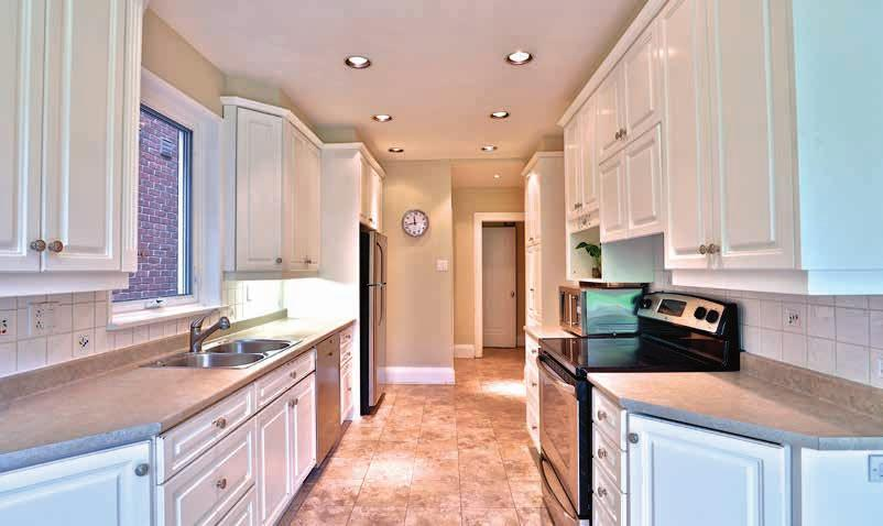 MAIN FLOOR Eat-in Kitchen High ceiling Stainless steel appliances Plenty of counter