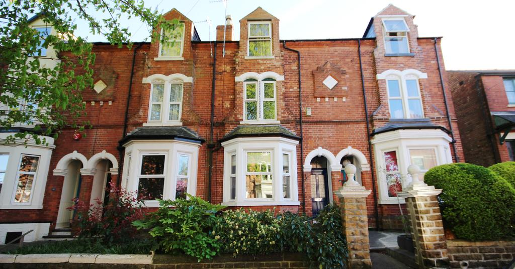 JOHN PYE PROPERTY Marketing Particulars Contact Hayley Riley 0115 970 6060 FOR SALE 225,000 Stunning & Character Filled Four Bedroom Victorian Terrace In Mapperley Park ADDRESS 21 Bowers Avenue