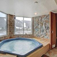 Huge 2 Bedroom Condo with Private Hot Tub - Quick Walk